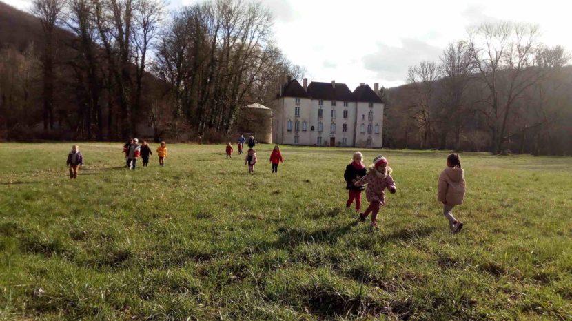 les enfants dans le parc du château de Lusigny